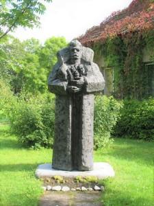 """Skulptūra """"Rozes mātei"""". Autors: Oļegs Skarainis. Foto no R. Blaumaņa memoriālā muzeja """"Braki"""" arhīva."""